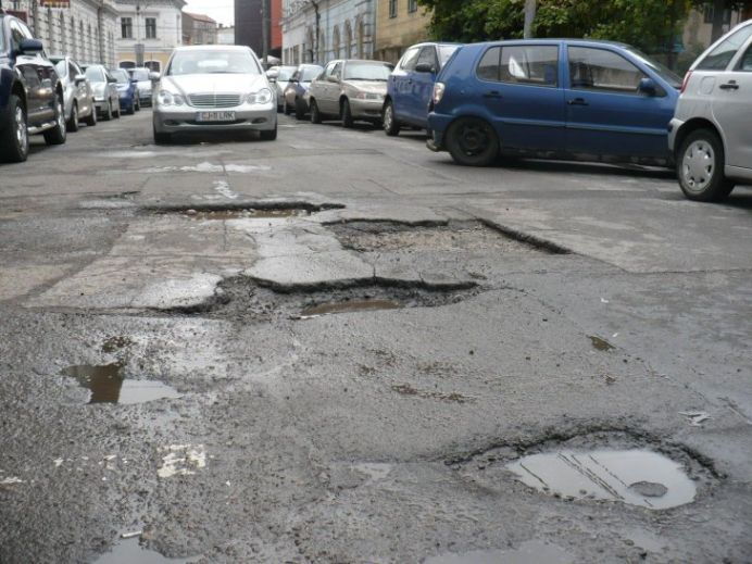 Ne MANDRIM cu gropi de 60.000 de euro BUCATA! Sume enorme irosite de Primaria Capitalei pe contracte de intratinere a strazilor!