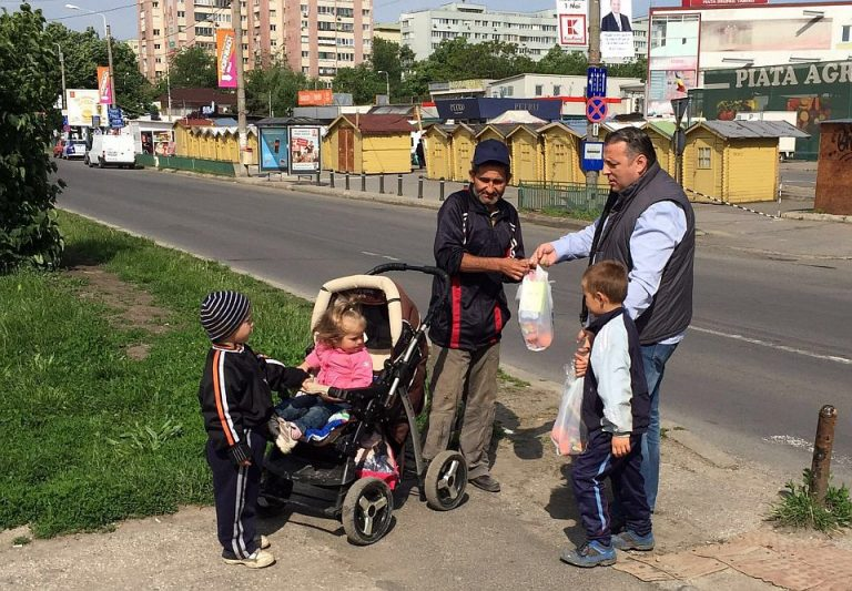 FOTO – Oamenii nevoiasi din Sectorul 6 au primit ajutoare in a doua zi de Pasti!