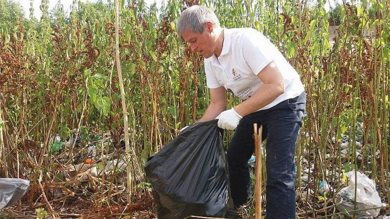 Bucurestiul ii urmeaza exemplul? Premierul Ciolos s-a dus la strans gunoaie in Delta Vacaresti!
