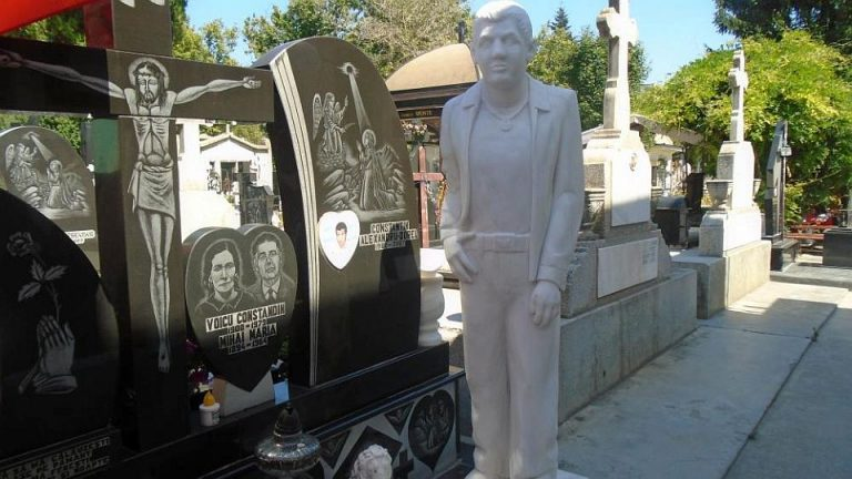 FOTO – Kitsch tiganesc sau obiectiv turistic? Cum arata o vizita in Cimitirul Vesel al Bucurestiului!