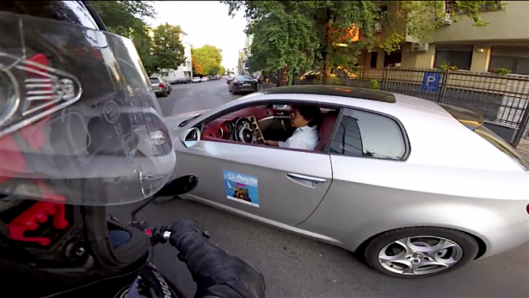 VIDEO – Lectie de soferie! Un incident in traficul Bucurestiului care poate fi un exemplu pentru oricine!