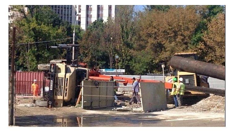 FOTO – O macara s-a PRABUSIT pe santierul Magistralei 5 de metrou, la Eroilor! Nimeni n-a fost ranit!
