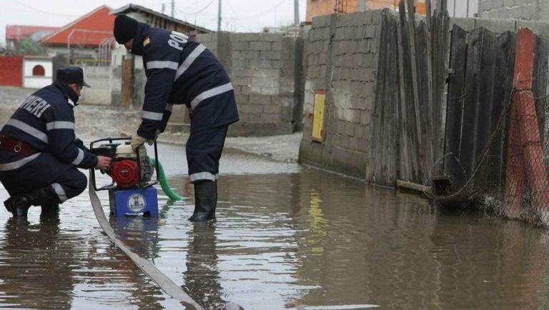 Bucurestiul sub ape! Zeci de locuinte INUNDATE, subsoluri de blocuri si masini!