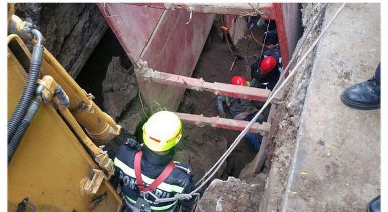 FOTO – Muncitor in varsta PRINS sub un mal de pamant, in Sectorul 6! Lucra la canalizare!