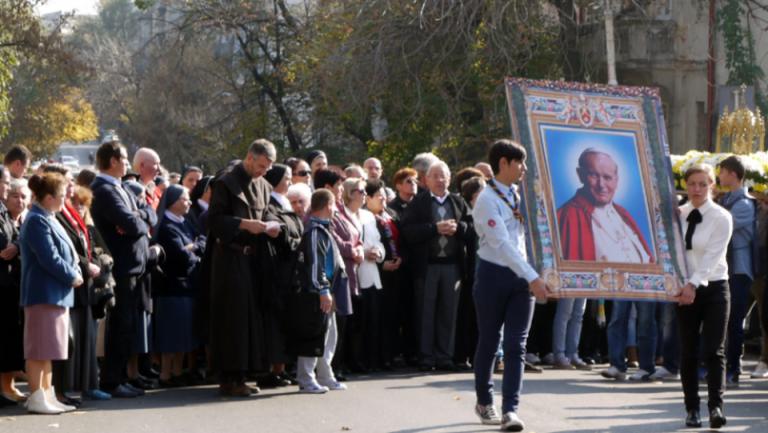 Procesiune SFANTA in Bucuresti cu relicvele Papei Ioan Paul al II-lea!
