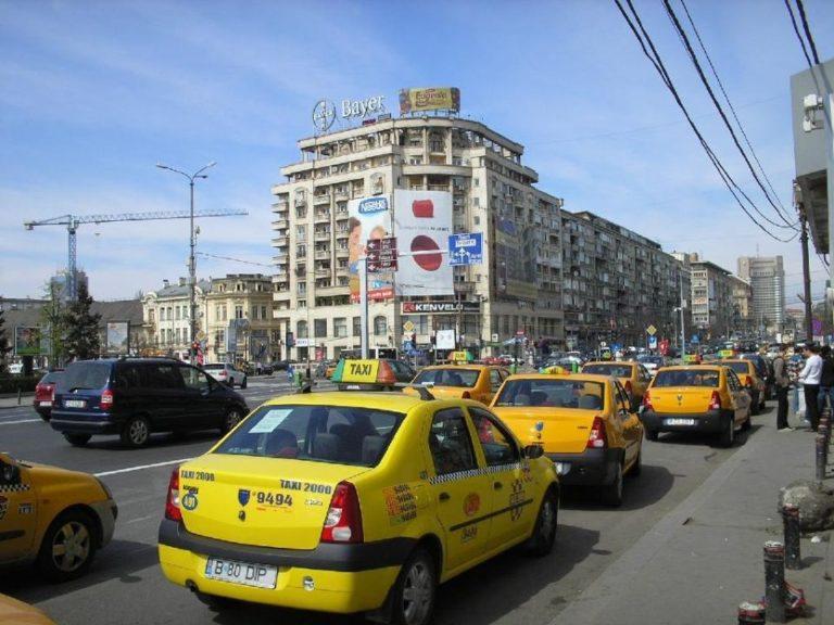 VIDEO – Cum au ajuns taxi-urile BATAIA DE JOC a Bucurestiului! Tanar BATUT pentru ca s-a urcat FARA SA CEARA VOIE!