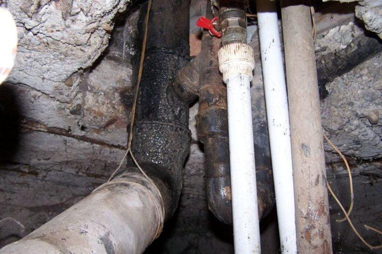 Apa Nova: Tevile insalubre din subsolurile blocurilor STRICA apa de baut a bucurestenilor!