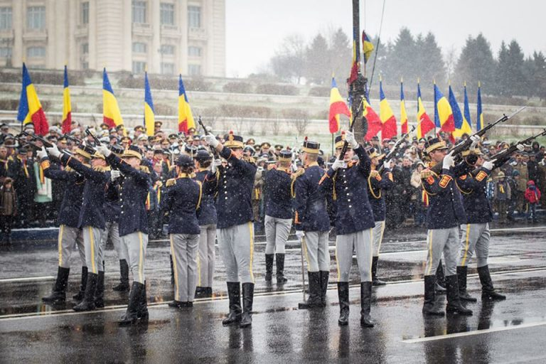 PSD aduce zeci de simpatizanti, din tara, la parada de 1 Decembrie din Bucuresti. Gabriela Firea le faciliteaza accesul