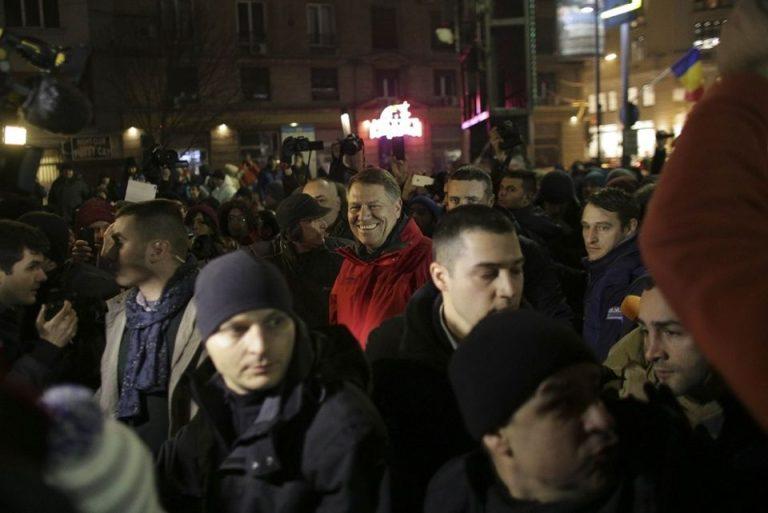 Peste 30.000 de oameni protesteaza in strada! Presedintele Iohannis printre ei!