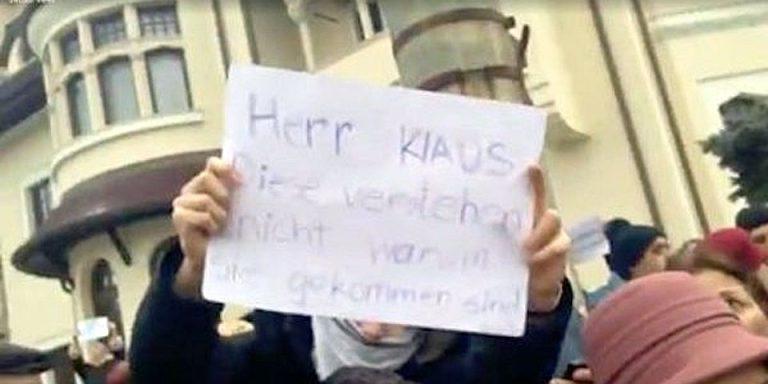 SUPER TARE! Cu ce mesaj in limba germana a venit un tanar la contramanifestatia organizata de PSD impotriva lui Iohannis!