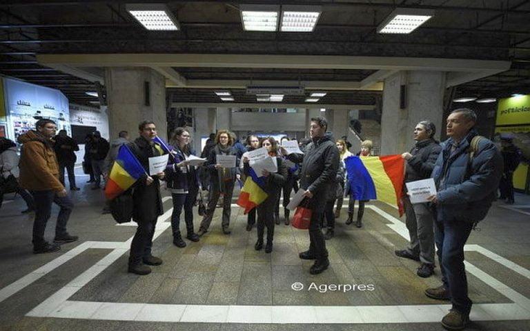 """Protest la metrou! Mai multi tineri au cantat Imnul National, tinand in maini pancarte cu """"REZIST pentru o Romanie curata!"""""""