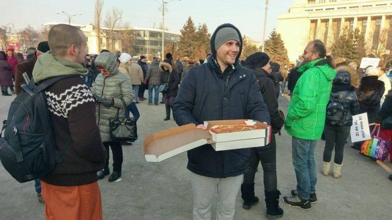FOTO – Bucurestenii vin cu mancare si ceai cald pentru protestatarii din Piata Victoriei!
