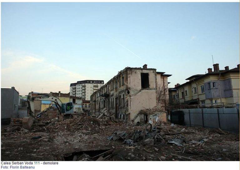 FOTO – Istoria Bucurestiului ajunge la gunoi! O cladire veche de peste o suta de ani a fost demolata peste noapte!