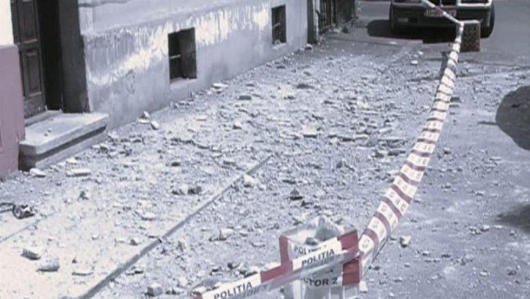 VIDEO – O jurnalista de la Romania TV a ajuns de urgenta la spital dupa ce s-a ales cu o piatra in cap, in Bucuresti!