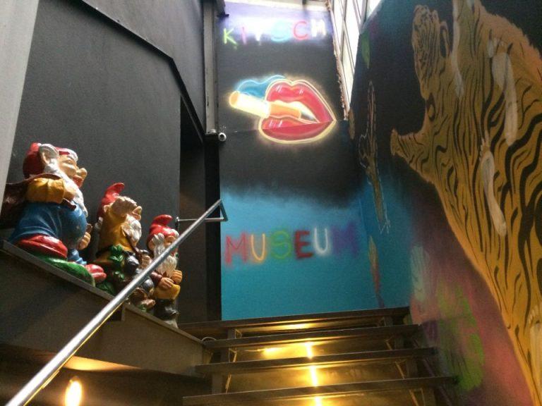 FOTO – VIDEO Cum arata cel mai KITSCHOS muzeu din Romania, proaspat deschis in Bucuresti!