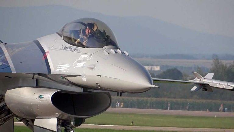 Avioane de luptă pe cerul Bucurestiului. Spectacol aviatic in week-end