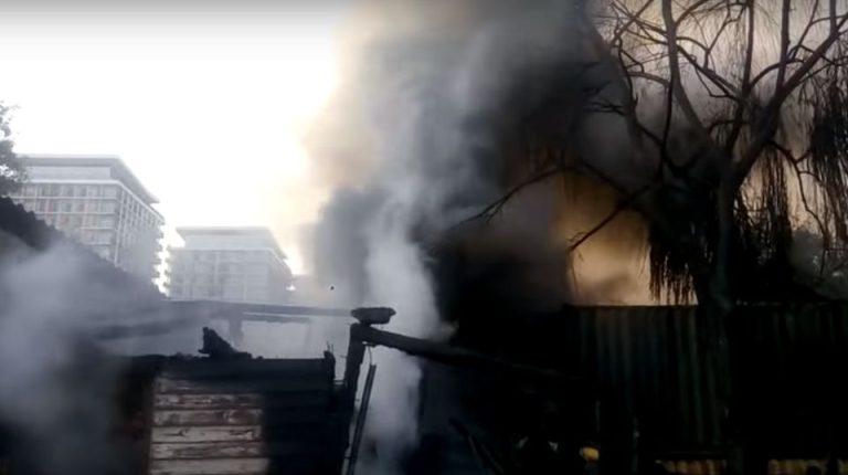 Un om a murit si alti 19 s-au intoxicat cu fum intr-un incendiu de proportii in Bucuresti! A fost activat Planul Rosu!