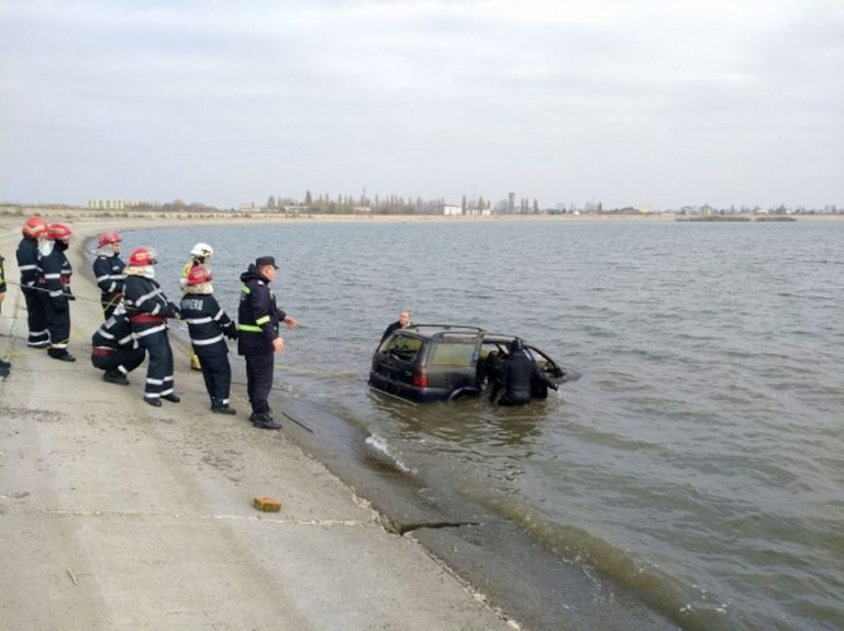 FOTO-VIDEO Masina descoperita in Lacul Morii! Scafandrii cauta posibilele victime inecate