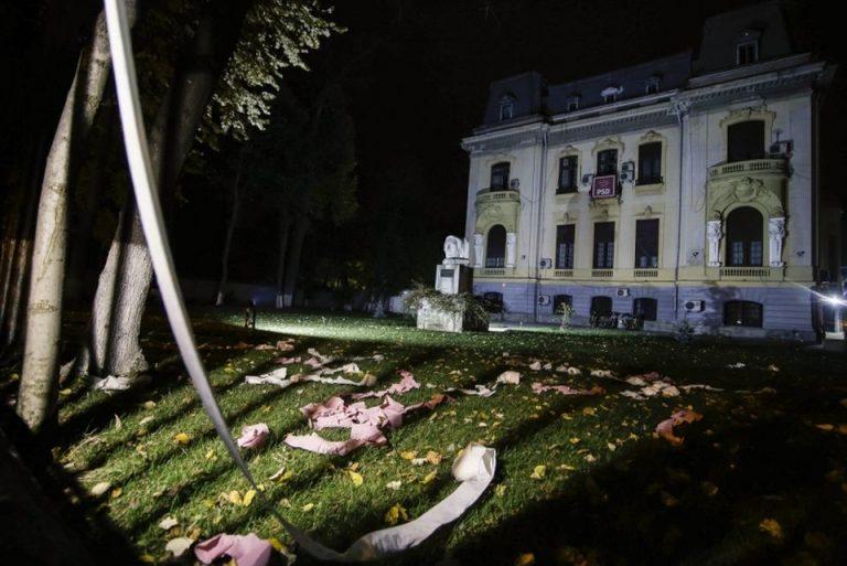 VIDEO – Protestatarii au aruncat cu hartie igienica in curtea sediului PSD Bucuresti