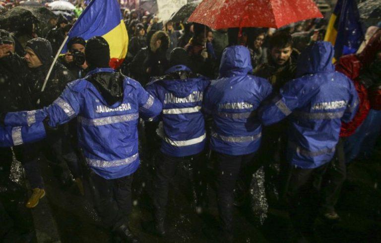 Protestatarii catre jandarmi: Când o să vă taie cu sabia şi n-o să puteţi folosi înregistrarea video, o să plângeţi! Nu suntem duşmani!