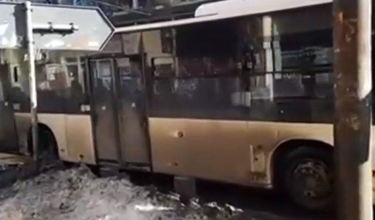 VIDEO-Un autobuz RATB face explozie de cauciuc din cauza gropilor uriase din asfalt! Bucurestiul e franjuri!