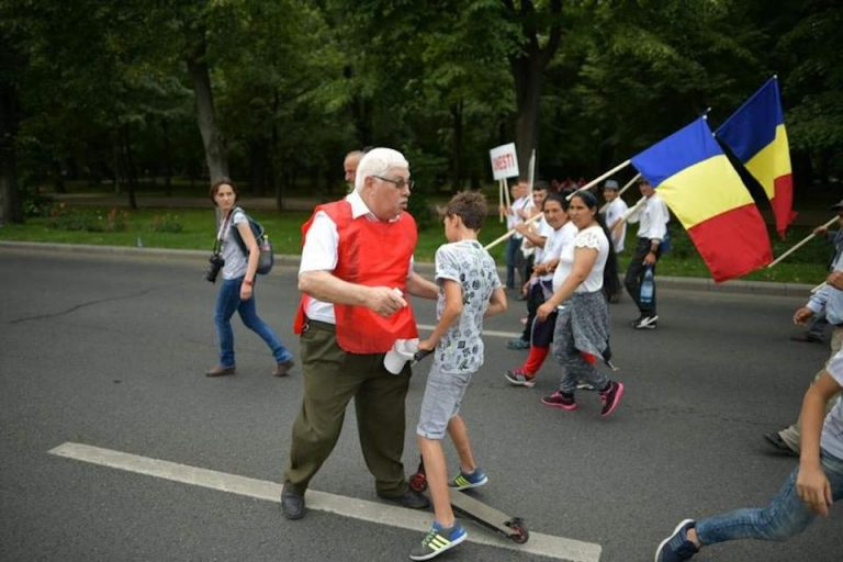 FOTO-Baietel cu trotineta, bruscat de un organizator al mitingului PSD!