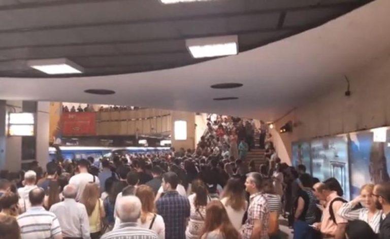 Aglomeratie infernala la metrou! Mai multe ambulante chemate de urgenta
