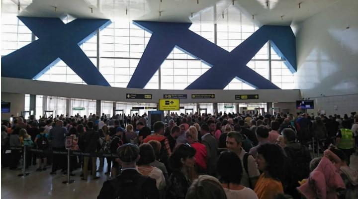 """FOTO-Bataie de joc pe Aeroportul Otopeni! """"Autogară ticsită și depășită de situație"""""""