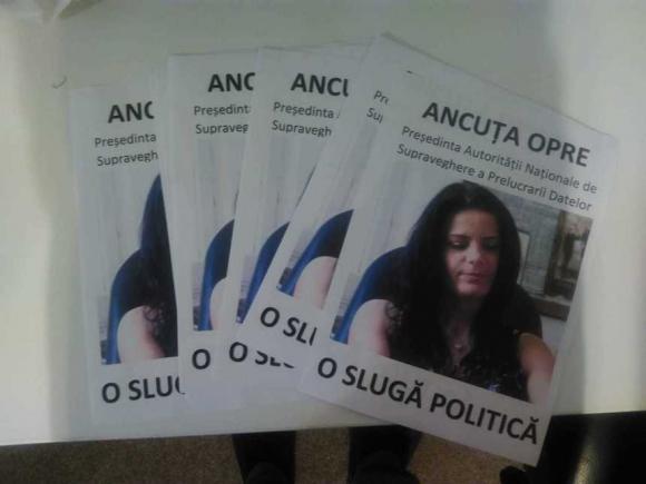 """""""O sluga politica!"""". Forma extrema de protest pe strazile Bucurestiului"""
