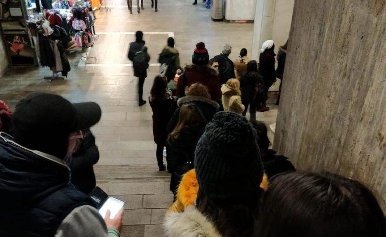 Elevii de Bucuresti umiliti la cozi uriase pentru abonamente reduse la transportul in comun