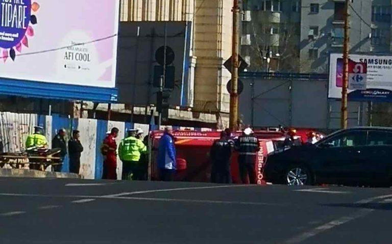 Ambulanta SMURD rasturnata in Bucuresti. Trei persoane ranite