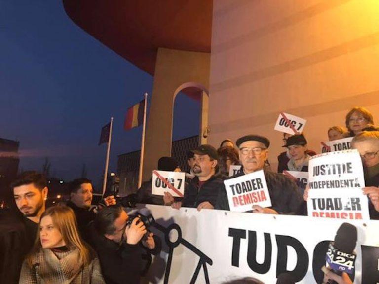Actorii Teatrului national au protestat in strada. Rebengiuc despre Dragnea si Tariceanu: Iau justiţia în braţe să nu facă inchisoare!