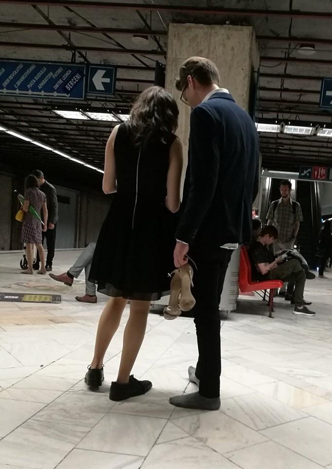 Gest romantic fara precedent la metrou: Tanar la costum si descult dintr-un motiv special!