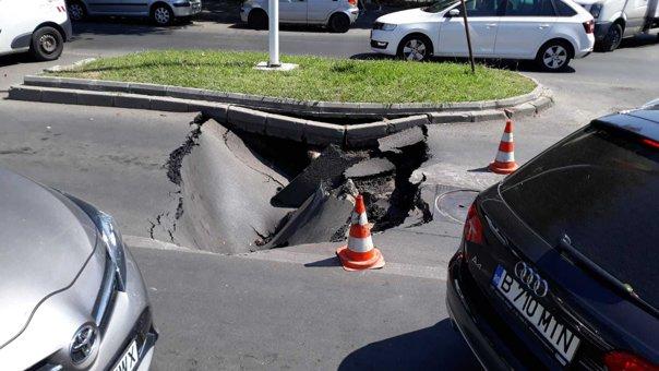 Masina inghitita de asfalt, in zona Gorjului din Bucuresti