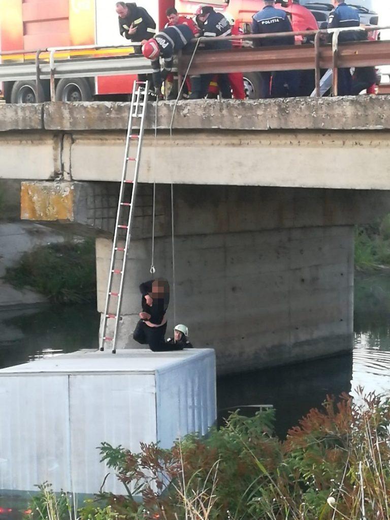 Interventie neobisnuita in Ialomita: Un barbat a stat zece ore pe capota dupa ce a cazut de pe pod intr-un rau!