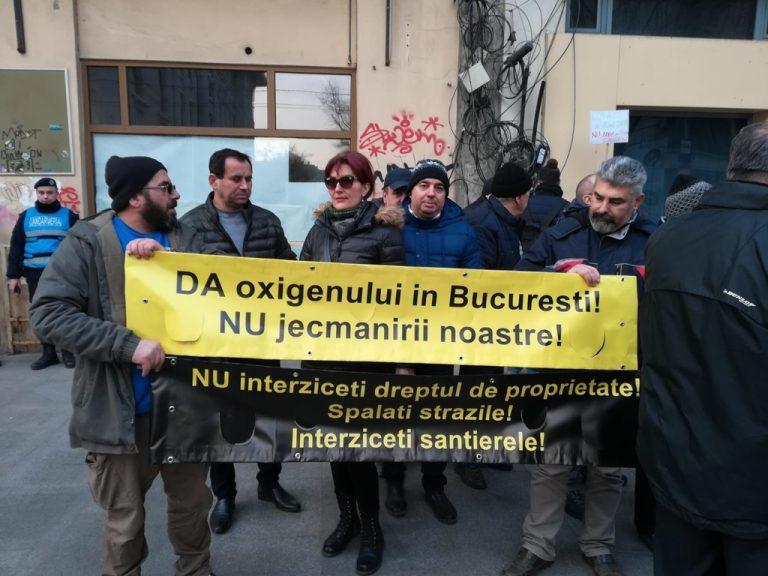 """""""Da oxigenului, nu jecmanirii noastre!"""". Protest in fata Primariei Gabrielei Firea"""