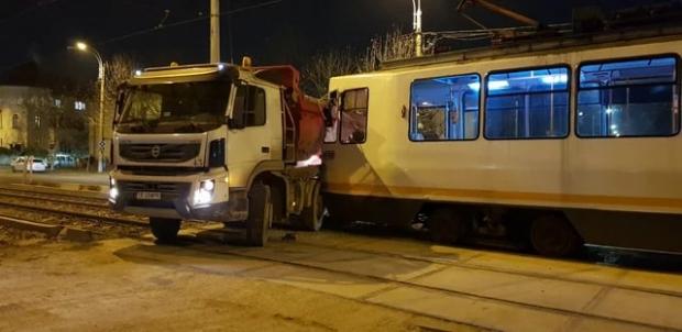 """""""VATMAN"""" loveste din nou: Basculanta prinsa pe liniile de tramvai!"""
